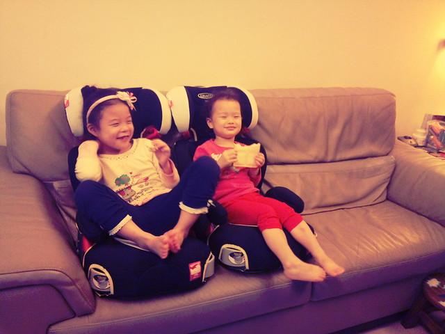 """1001006 最近倆人很愛坐在沙發上的汽座上""""享受"""""""
