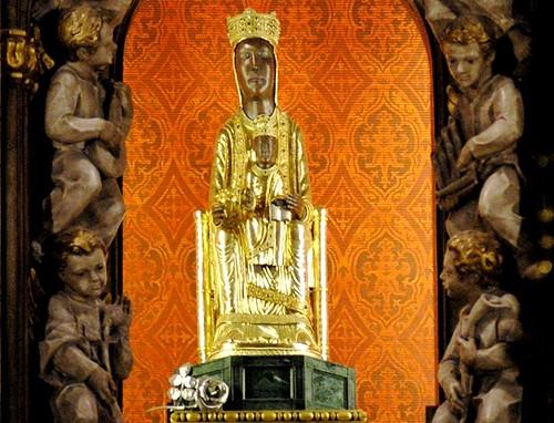 La Virgen en el retablo