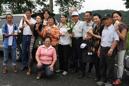 國外友人和行健村農民合照。(攝影:吳信緯)