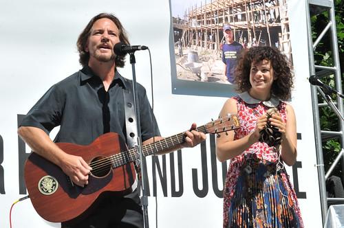 Eddie Vedder and Régine Chassagne