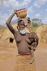 Mursi woman and child - Omo Valley, Ethiopia (estenard) Tags: africa omovalley ethiopia mursi lipplate