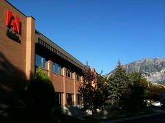 青空と山に囲まれた社屋