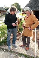 Deutschlands einziger Berufswikinger Reinhard Erichsen wird in Haithabu für eine NDR-Reportage mit einem Funkmikrofon verkabelt – Wikinger Museum WHH 16-09-2011
