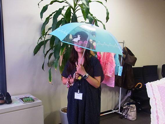 視界をさえぎらない傘