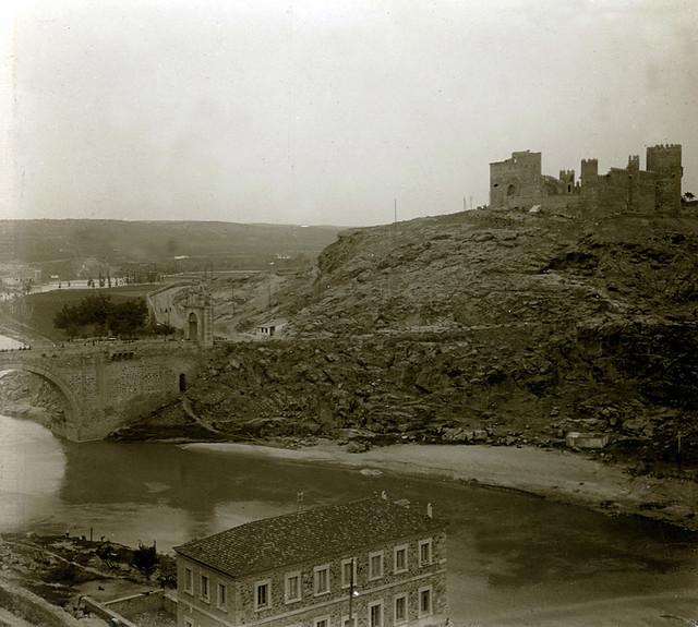 Castillo de San Servando y Puente de Alcántara en 1915. Fotografía de Luis Calandre Ibáñez