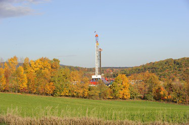 Shale gas rig in Appalache y  Meredithw Creative Commons