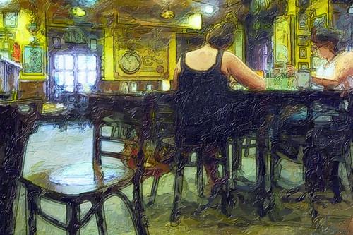 amigas en el interior de un bar leyendo la prensa
