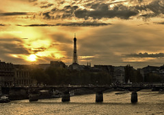 Lt indien (StephanieB.) Tags: sunset cloud paris france tower seine gold soleil europe tour arts coucher eiffel des acadmie pont pr nuage dor franaise sonya550