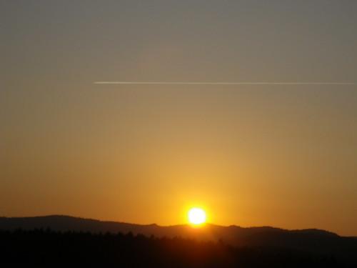 夕日とヒコーキ雲