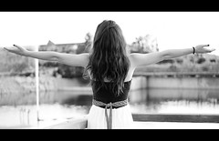 Feel it closing in (Kris *) Tags: bw woman white black laura film blanco girl canon hair 50mm back mujer friend chica arms negro feel july amiga it bn julio espalda closing pelo brazos película 2011 50d xkrysx