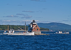 Fishermen Passing The Lighthouse (todonn9364) Tags: maine vinalhaven rockland buoyant breakwaterlighthouse