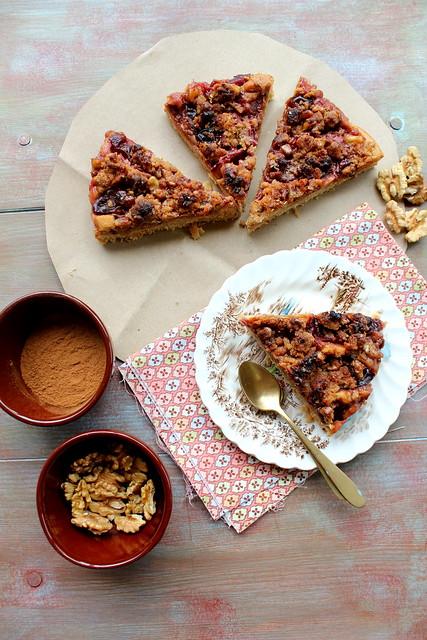 Torta alle noci caramellate con le prugne e profumo di cannella