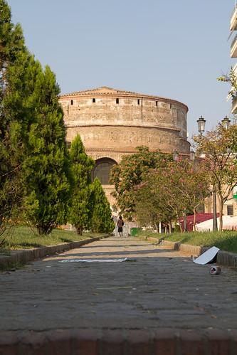Salonicco, la rotonda e il degrado di una città