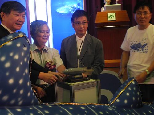百支衛星籤鯨鯊標識募集行動,左起漁業署長沙志一、台灣海大校長李國添、關懷生命協會執行長張章得以及Wildlife21代表。