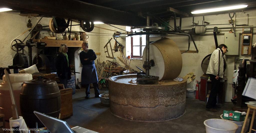 Dans le moulin, la meule occupe bien sûr une position centrale