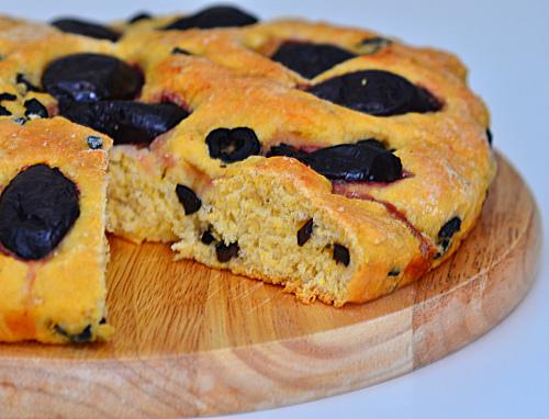 pane giallo con olive e fichi neri
