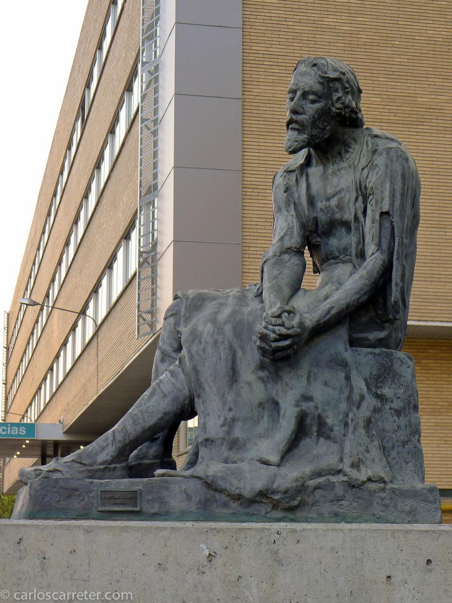Miguel Servet ante el Hospital Miguel Servet