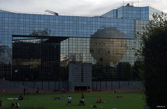La grande pelouse centrale invite à la détente et au sport, avec ce ballon qui se reflète sur les immeubles de verre…