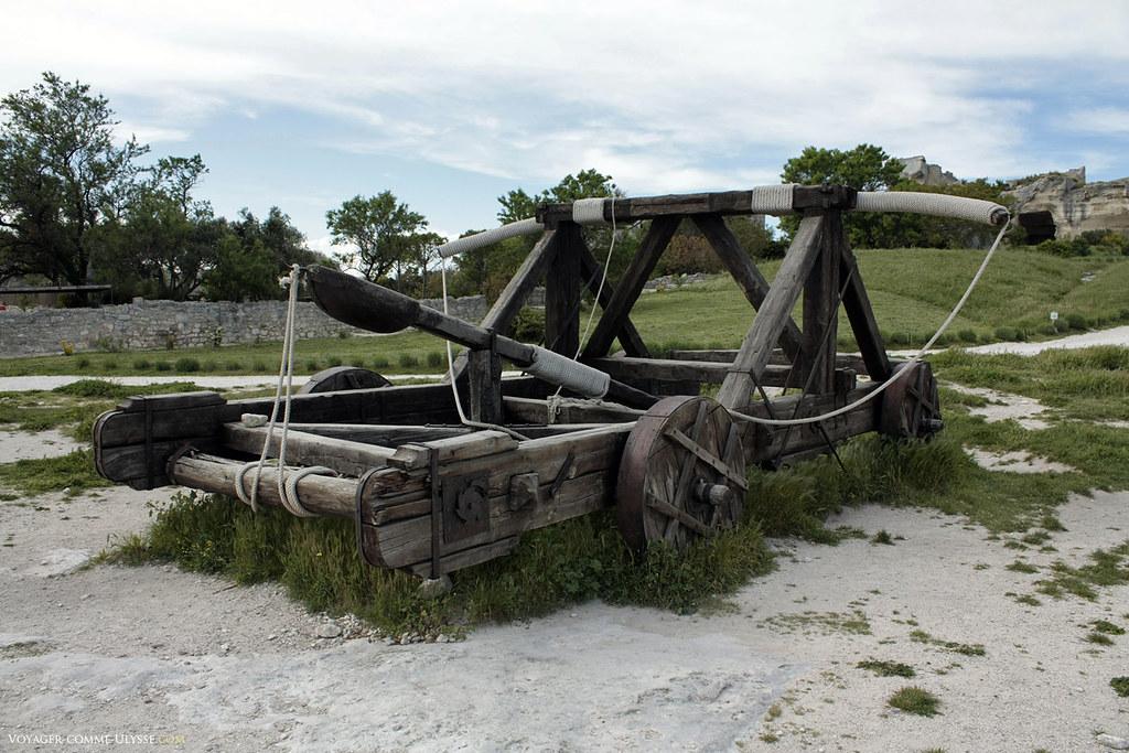 Une catapulte, prête à détruire les fortifications ennemies
