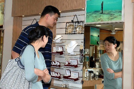 October 1st, 2011 - Yao Ming and Ye Li shop for pearls in Broome, Australia