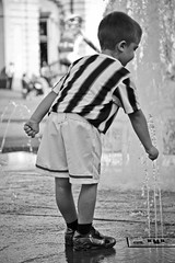 maratona fotografica Fnac 2011_Turin_'piccola passione' (La.po.) Tags: torino foto acqua turin fontana fnac juventus citt calcio bambino piazzacastello tombino quotidianit divisa maratonafotograficafnac flickraward musictomyeyeslevel1 lauraponchia