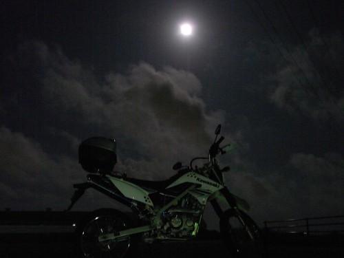 中秋の名月とKLX125 by gatto_rosso