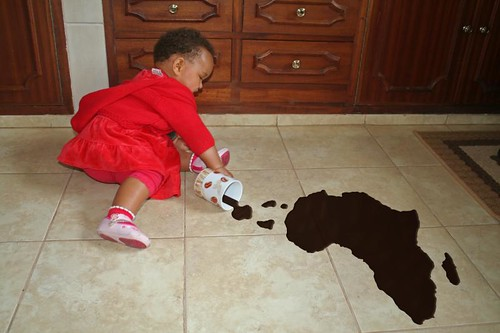 飲み物をこぼす子供
