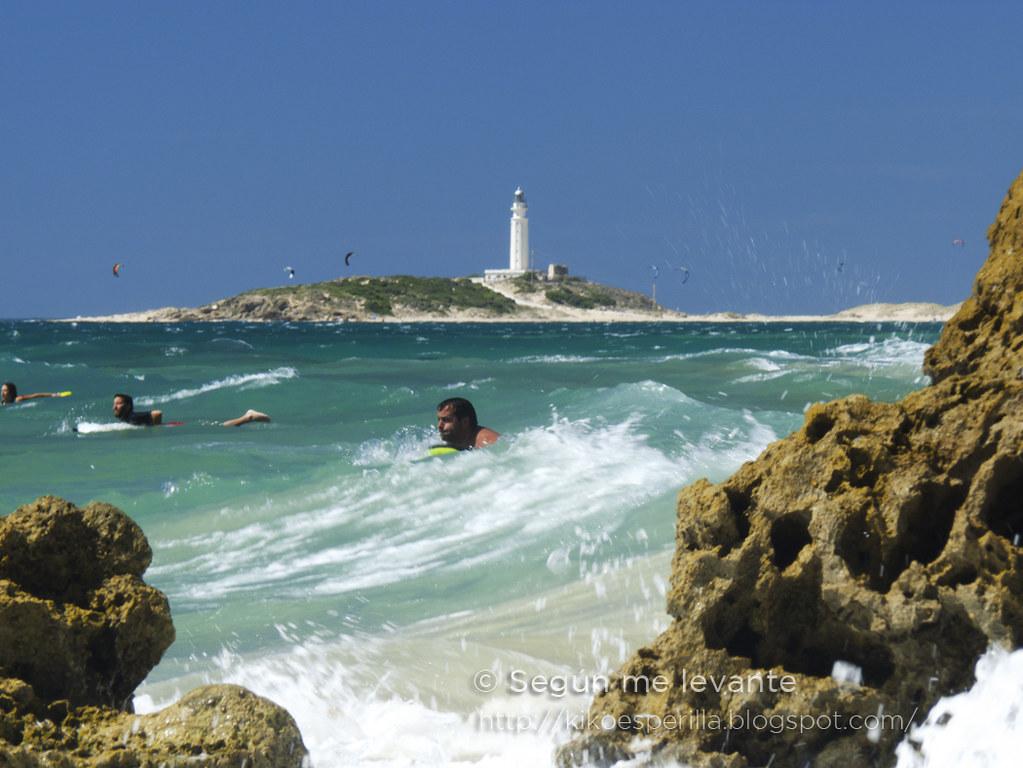 Los chicos en la playa... hacen surf