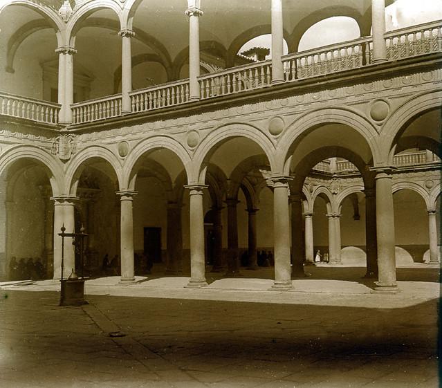 Patio del Hospital Tavera en 1916. Fotografía de Luis Calandre Ibáñez