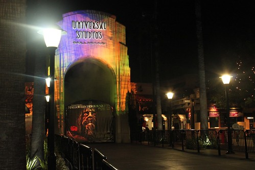 Review: Terror-ific new thrills fill Halloween Horror Nights 2011 ...