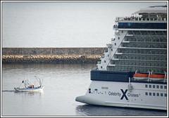 El tamaño sí importa (sacre) Tags: sea españa port puerto mar spain coruña barcos harbour ships olympus galicia cruiseship fishingboat crucero acoruña lacoruña pesquero olympus570uz