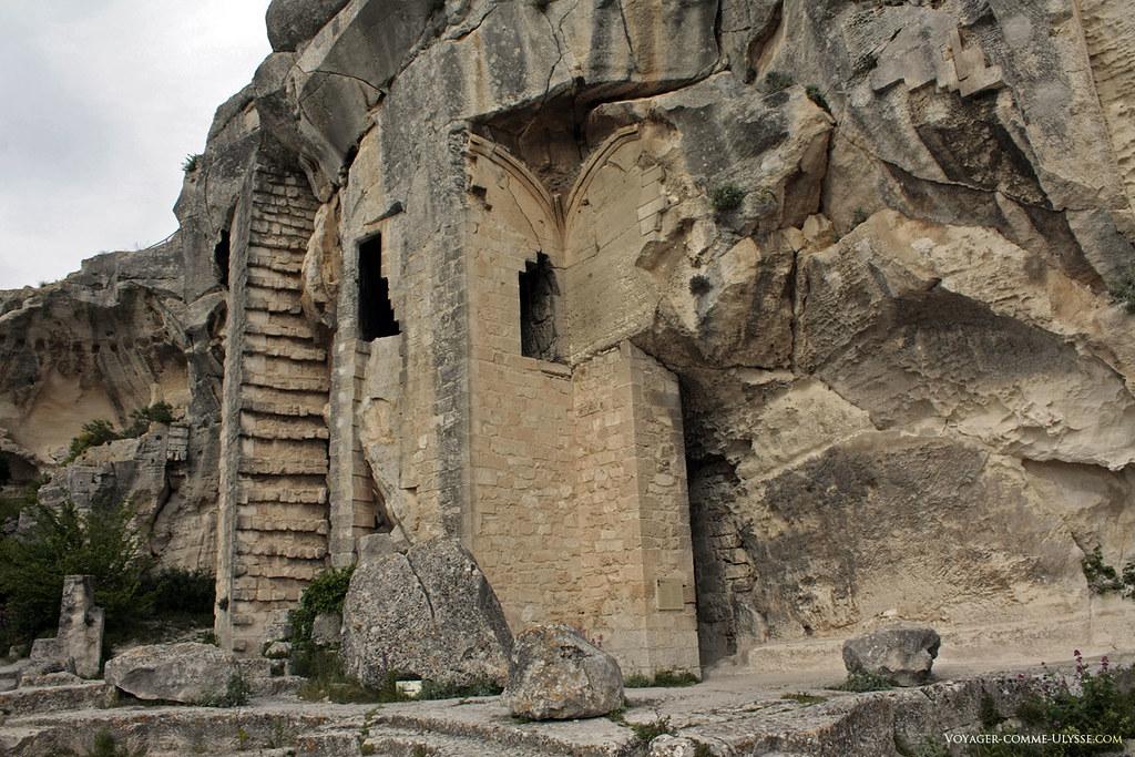 Le château avait été creusé par certains endroits à même la roche