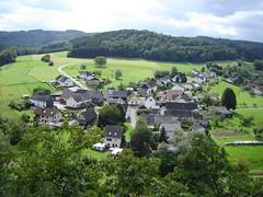 Liebliches Dorf unterhalb der Spitze Ley