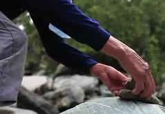 哈卡巴里斯劇照。沒有路標指示的深山中,堆起石頭兩到三顆,目的是讓 後面的人知道行走的方向。和折樹枝、砍樹幹一樣,是泰雅族慣用的報訊系統。(節錄自哈卡巴里斯網路預告片)