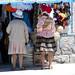 Una ragazza in Tupiza veste gli abiti tradizionali per l'imminente parata