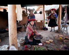 Quechua girl (Frank Kehren) Tags: wool peru girl canon andes dye f28 sacredvalley 1635 chinchero quechua ef1635mmf28liiusm canonef1635mmf28lii canoneos5dmarkii