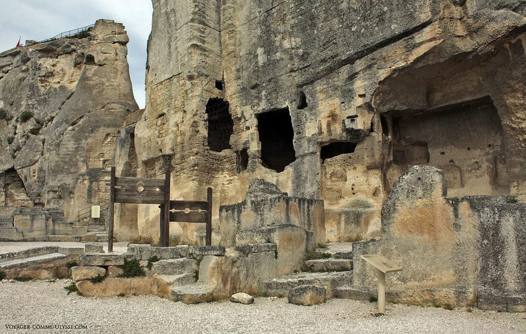 Au pied du château, des carcans pour punir les hors-la-loi