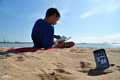 Desconectando de la rutina (juanlux17) Tags: mar google agua barco movil libro playa verano melilla calor toalla playita veranito caloraco photowalkmelilla ringexcellence juanlux