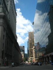 Vue sur la Rue Mansfield, avec l'Edifice Sun Life sur la gauche (Ochinko) Tags: montreal sunlifebuilding ruemansfield edificesunlife
