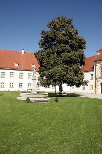 Gedenkbrunnen im Innenhof des Alten Schloß Oberschleißheim