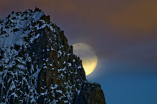 La luna sale detras de la Aguille San Nom (Chamonix) _DSC2098 r