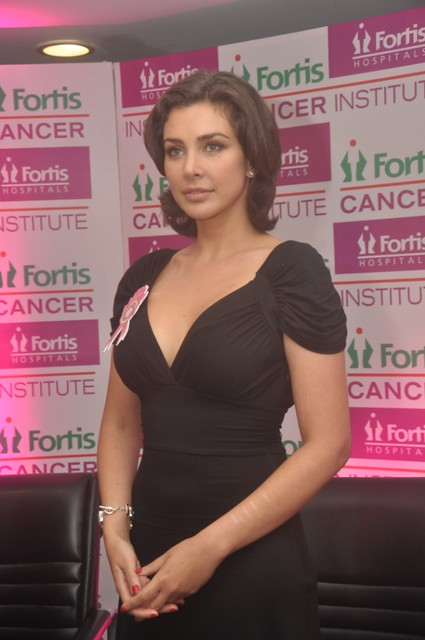 Lisa Ray at Fortis Hospital Mulund  (2)
