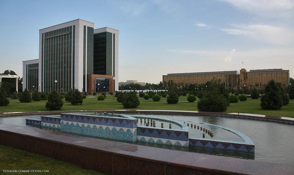 Au fond à droite, bâtiment où se réunissent les ministres