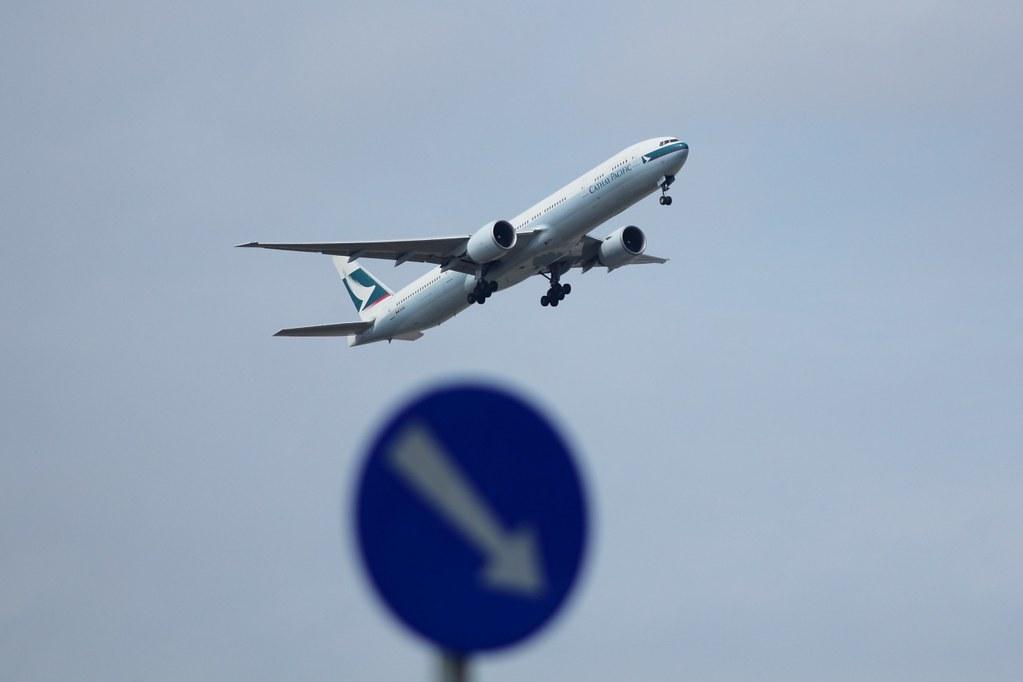 飛機與交通標誌