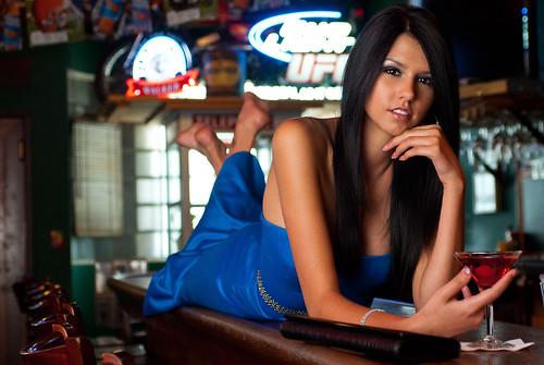 [フリー画像] 人物, 女性, 頬杖をつく, 酒・アルコール, ドレス, アメリカ人, 201110030900