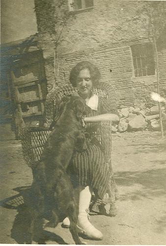 Carmen Bellido con su perro en el corral de su casa.