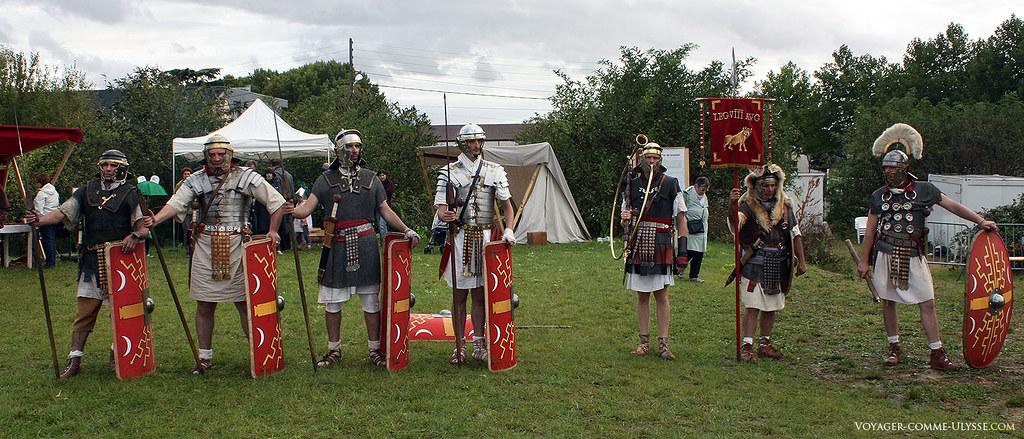 Sur la droite, trois gradés de la légion : le cornicem, avec son cornu, le signifer et sa peau de bête et son enseigne, et le centurion.