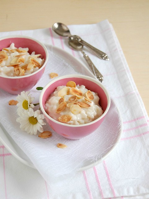 Coconut rice pudding with toasted almonds / Arroz doce de coco com amêndoas tostadas