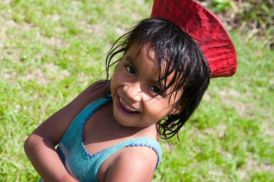 Девочка-местисо в одной из деревушек на берегах Амазонки.. Амазонка, Перу 2011 © Kartzon Dream - авторские путешествия, авторские туры в Перу, тревел видео, фототуры