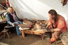 NDR-Reporterin Anke Harnack hilft dem Glasperlenmacher Sven Hopp bei der Herstellung einer Glasperle – Wikinger Museum Haithabu WHH 16-09-2011